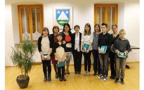 Mladi glasbeniki z mentorji, županjo Občine Kobarid in ravnateljico Glasbene šole Tolmin