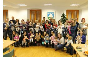 Župan v družbi najmlajših občank in občanov ter njihovih staršev. Foto: Nataša Hvala Ivančič