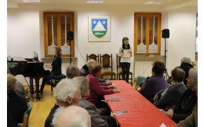 Program srečanja starejših občank in občanov občine Kobarid je povezovala osnovnošolka Lara Kalan. Foto: Nataša Hvala Ivančič