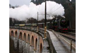 Hlapon drvi čez Jelenov viadukt kot pred stotimi leti.