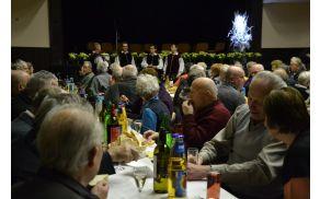 Skupaj s pevci ansambla Bitenc so zbrani zapeli nekaj božičnih.