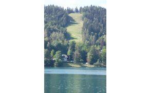 Pogled na sankališče z druge strani jezera.