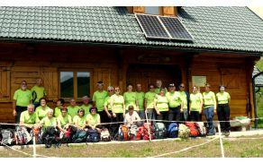 Skupinska slika z vsemi pohodniki pred pastirsko kočo na Belski planini - Svečici