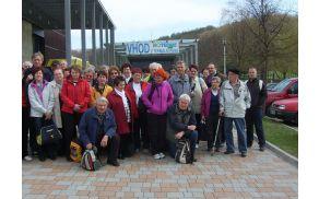 Udeleženci Aktiva invalidov Slovenj Gradec pred vhodom v Bioterme