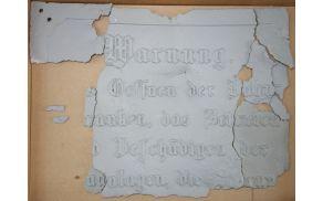 Železniška tabla v gotici, ki je nekoč stala ob železniški čuvajnici št. 666.