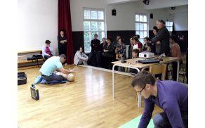 Slika demonstracije uporabe defibrilatorja