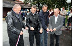 Trak so prerezali župani Jože Kužnik, Branimir Strojanšek in Franc Sušnik ter v imenu izvajalcev Boris Sirše.