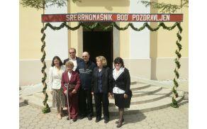 Tone Ovtar (na sredini) z bratom, sestrami in mamo
