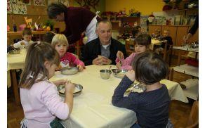 Pri tradicionalnem slovenskem zajtrku se je otrokom v vrtcu pridružil župan Mladen Sumina.