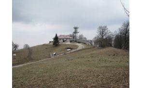 Sončki čez košenico proti oddajniku na Trdinovem vrhu (foto Tatjana Rodošek)