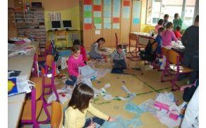 Tretješolci so izdelovali dežne plašče iz plastičnih vrečk.
