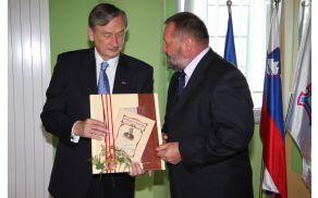 Predsednik Türk sprejema darilo iz rok župana