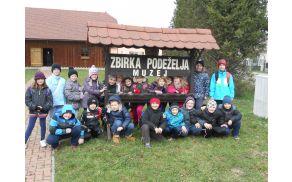 Učenci 3. razreda pred muzejem