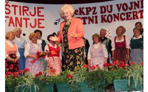 Mešani pevski zbor DU Vojnik, pod vodstvom Vide Bukovac.