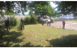 Člani strelskega društva urejajo okolico strelišča