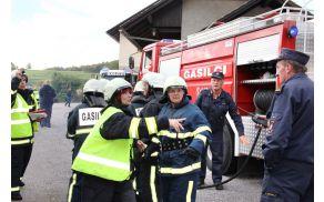 Vaja članic GZ Grosuplje: Na požarišče prispejo še druge enote, ki se takoj vključijo v gašenje samega gorečega poslopja.