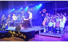 Združeni otroški zbor je zapel skupaj s skupino Iskra bend.