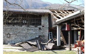 Veter je odkril streho na kmetijskem objektu v vasi Idrsko. Foto: Nataša Hvala Ivančič