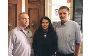 Sebastijan Pregelj, Cvetka Bevc in Miroslav Mićanović pred vhodom v Coroninijev dvorec v Šempetru Foto: Klavdija Figelj (vir: www.primorske.si)