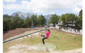 Zip line nad otroškim parkom.