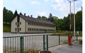 Vojašnica na Stari Vrhniki, kjer so nastanjeni begunci.