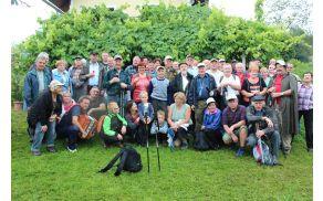 Člani vinogradniškega društva Vojnik na poti od kleti do kleti