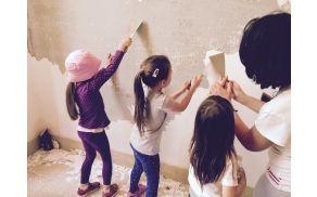 Roke naših staršev, otrok in učiteljic že pridno urejajo prostore za novo šolo