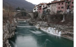 Zaledenela Soča v Kanalu. Foto: Toni Dugorepec