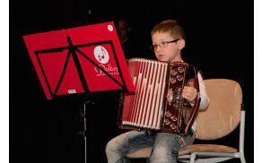 6 letni Žan je najmlajši učenec glasbene šole Polton