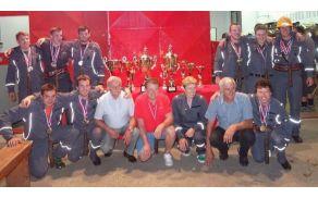 Pokalni prvaki skupaj s predsednico PGD Žažar, županom občine Horjul in predsednikom GZ Horjul.