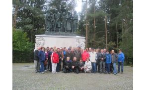 Skupinska fotografija pred spomenikom na Urhu pri Ljubljani