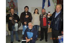 Najboljši na 16. srečanju kvartopircev v Gasilskem domu Socka skupaj s  predsednico PGD Socka Brigito Božnik in vodjo turnirja Borisom Žerovnikom