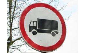 Konec novembra bo začela veljati prepoved tovornega prometa (razen za lokalni dovoz) na lokalni cesti Smrečje - Žiri.