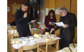 Jože Zalar, dr. Tanja Lešnik Štuhec in dr. Janez Bogataj pri ocenjevanju mlečnih izdelkov. Foto: Petra Lotrič Ogrin