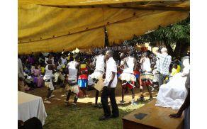 Nadaljevanje praznovanja 6. septembra  pod Tržnica v mestu Gulu. šotorom s pesmijo in plesom tamkajšnjega prebivalstva Acholi