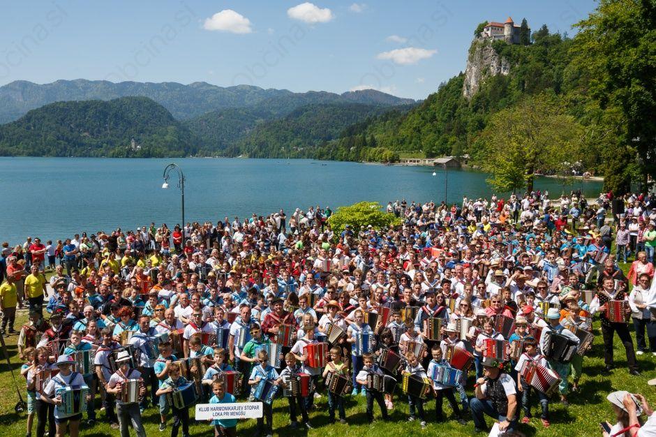 6. Srečanje harmonikark in harmonikarjev ob Blejskem jezeru
