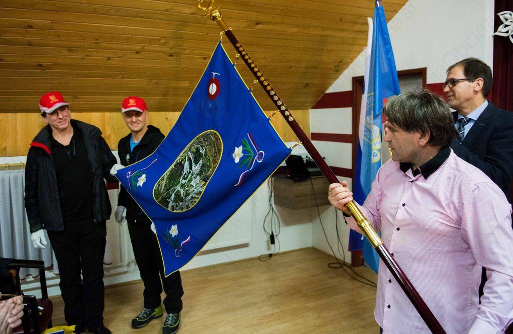 Planinsko društvo Polž ob 20-letnici delovanja razvilo prapor in izdalo jubilejni zbornik