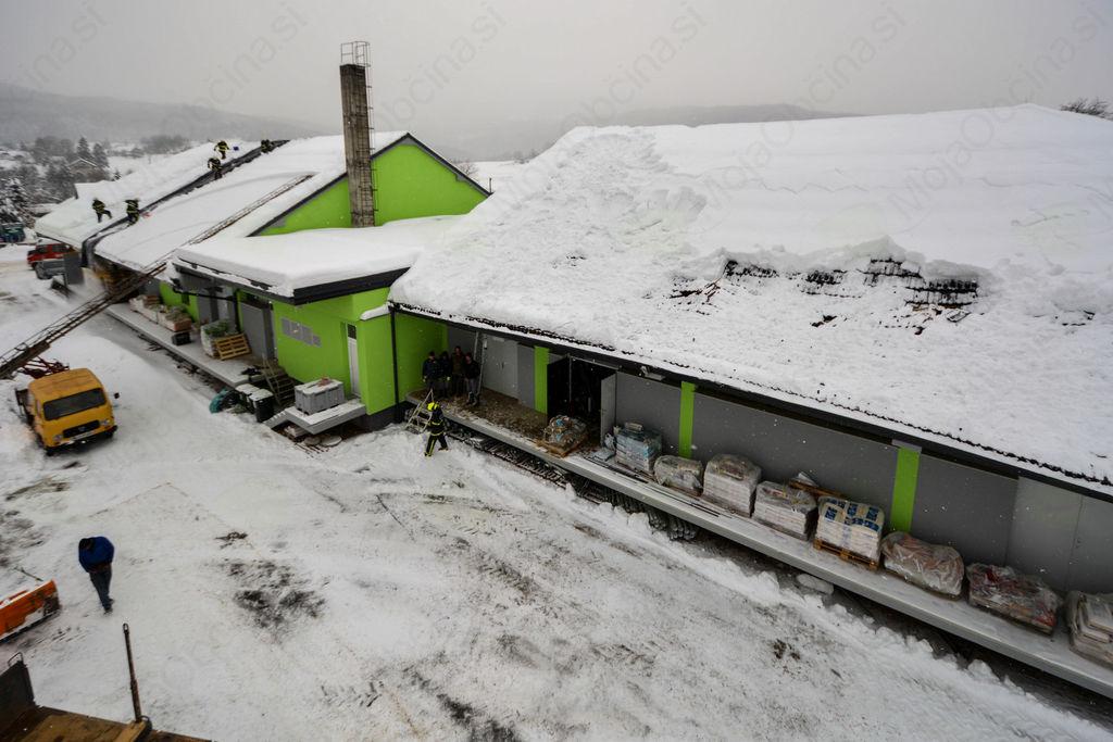 Sneg poškodoval streho kmetijske zadruge v Zagradcu