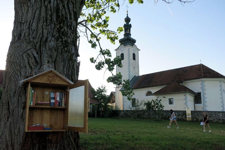V Dobu pri Šentvidu »Knjižnica pod vrbami«