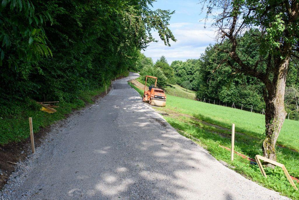 Pod Obolnem poteka obnova dotrajanega odseka ceste