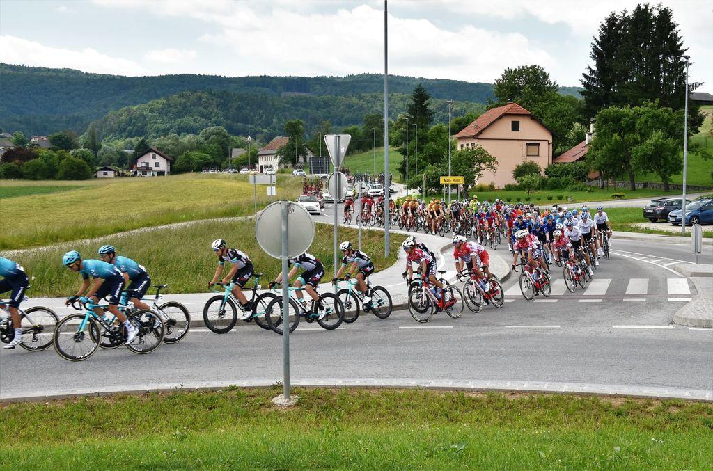 V navijaškem vzdušju pospremili kolesarsko karavano »Tour of Slovenia«