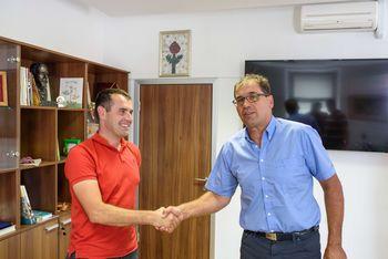 Podpis pogodbe za izgradnjo igrišča na Malem Korinju