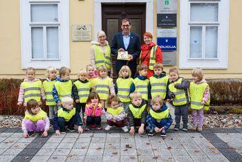 Otroci vrtca Marjetica povabili župana na tradicionalni slovenski zajtrk