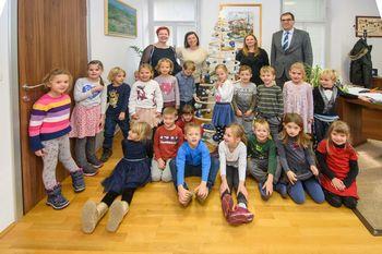 Otroci Vrtca Pikapolonica v družbi župana Dušana Strnada okrasili smrekico