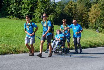 212 gibalno oviranih oseb uspešno osvojilo vzpon na Lavričevo kočo
