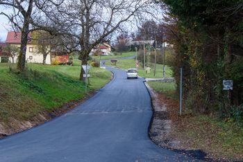 Nova asfaltna prevleka na Peščeniku, sledi asfaltiranje ceste Radohova vas – Breg