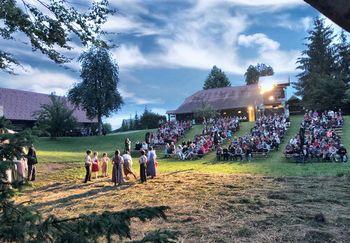 Vabljeni v letno gledališče pod zvezdami na Jurčičevo Muljavo