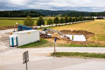 Pri šolskem centru v Ivančni Gorici poteka ureditev avtobusnega postajališča z nadstrešnicami