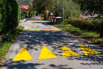 Arhitekturno oblikovane talne označbe za varnost otrok pri Podružnični šoli Višnja