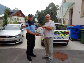Občina Bohinj Policijski postaji Bohinjska Bistrica podarila defibrilator